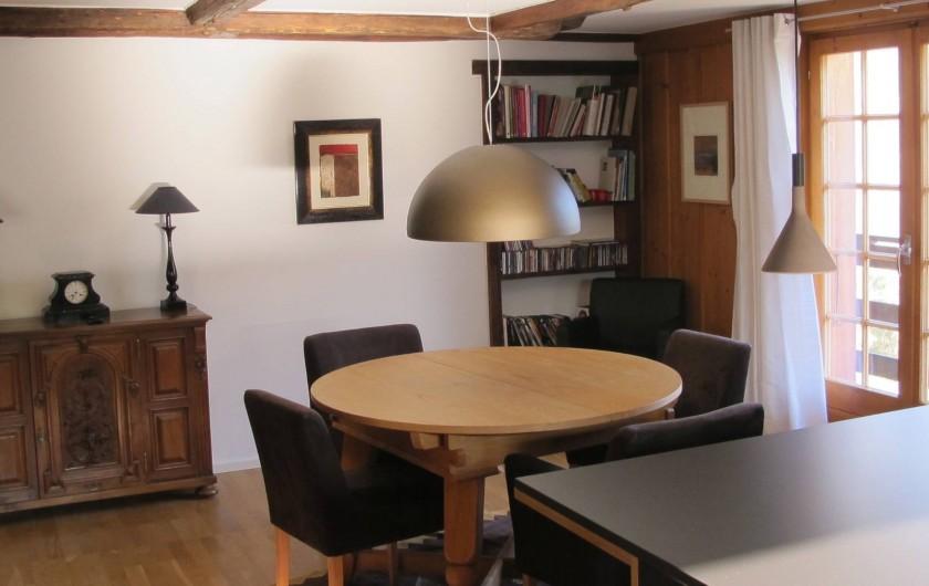 Location de vacances - Chalet à Bruson - coin repas ouvert sur balcon