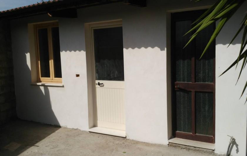 Location de vacances - Chalet à Guspini - La façade de la chambre et de la salle de bain