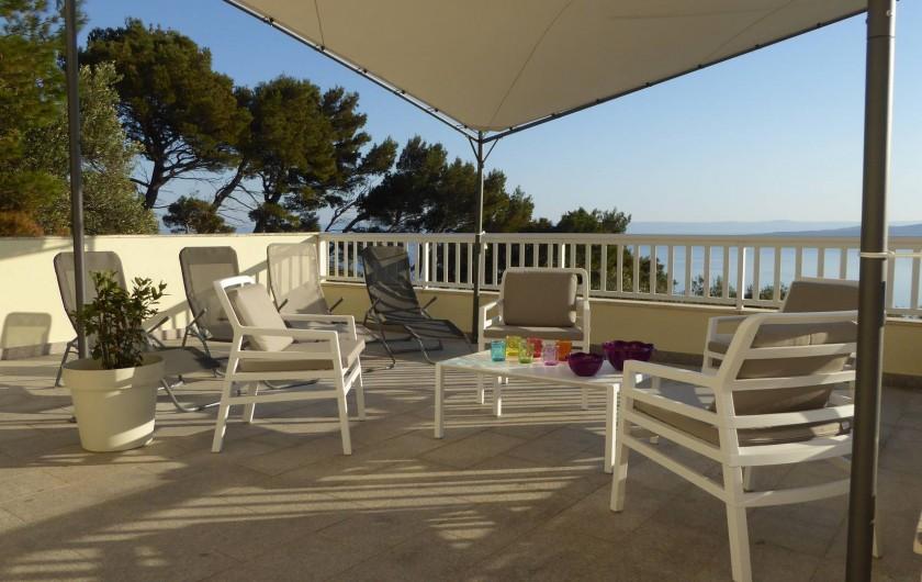 Location de vacances - Appartement à Brela - Grande terrasse commune, plein sud, vue mer, vue sur l'île de Brač.