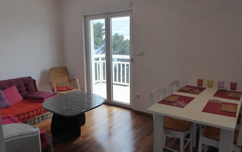 Location de vacances - Appartement à Brela - Salon, salle à manger, accès balcon.