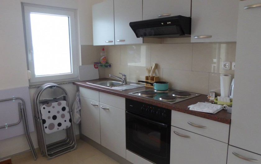 Location de vacances - Appartement à Brela - Cuisine équipée et meubles de balcon.