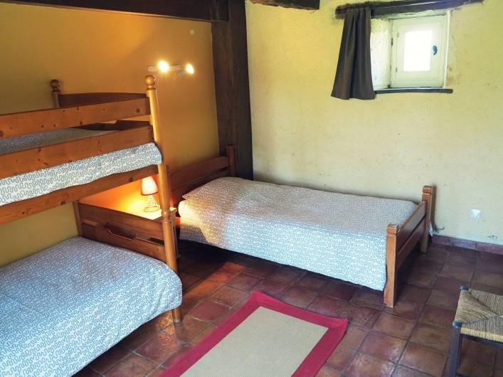Location de vacances - Gîte à Villeréal - Chambre rez-de-chaussée - 3 lits simples dont 2 superposés. Couettes fournies.