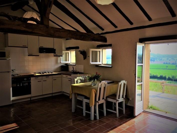 Location de vacances - Gîte à Villeréal - Cuisine américaine - Porte fenêtre ouvrant sur la terrasse