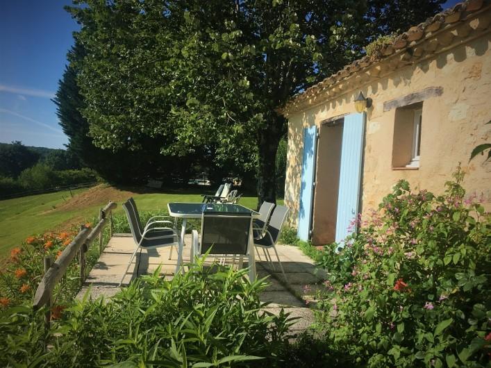 Location de vacances - Gîte à Villeréal - terrasse et jardin au soleil du soir