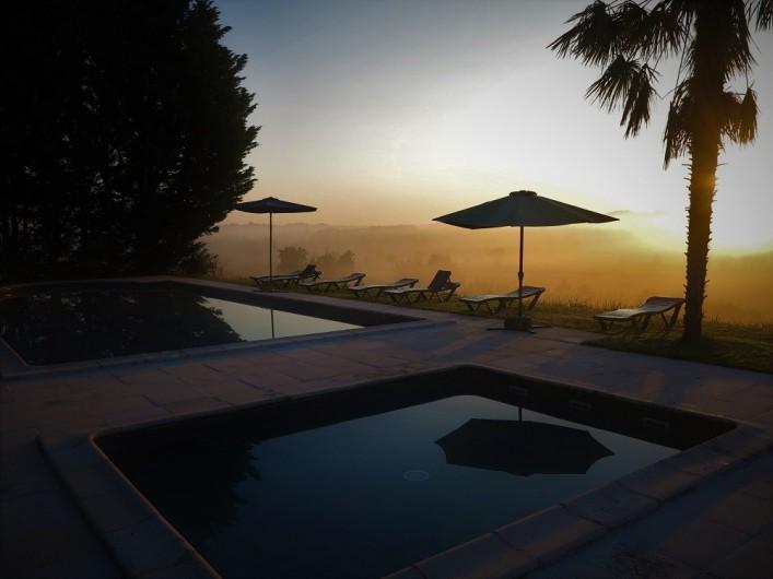 Location de vacances - Gîte à Villeréal - Piscines au soleil du soir