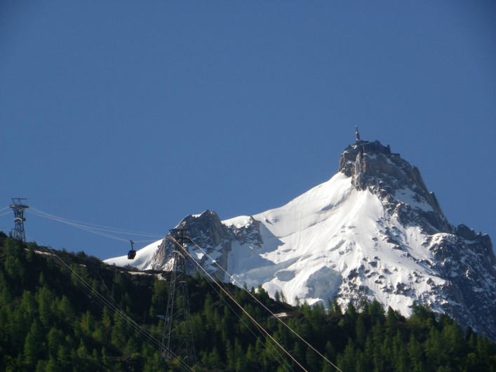 Location de vacances - Appartement à Chamonix-Mont-Blanc - Aiguille du midi vue du balcon avec zoom