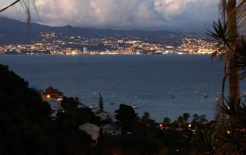 Location de vacances - Appartement à Les Trois-Îlets - Villa Ansalane - Vue nocturne sur la Baie de Fort-de-France