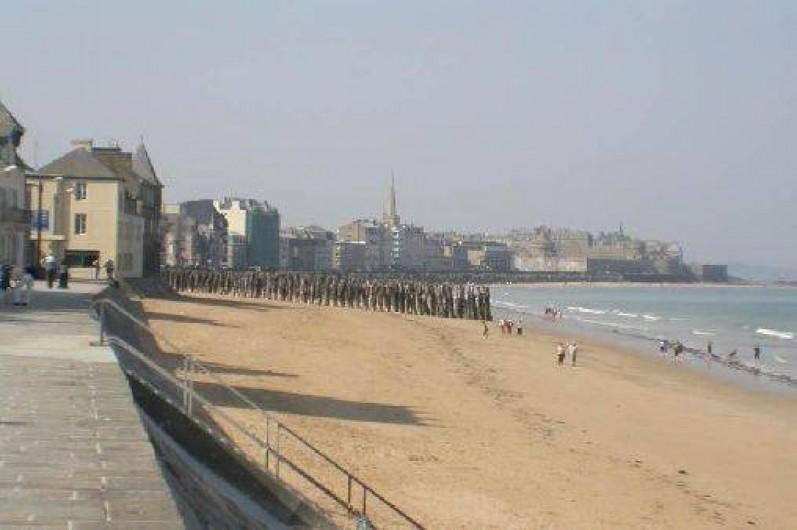 Location de vacances - Appartement à Saint-Malo - la balade en bord de mer qui vous mènera dans la vieille ville