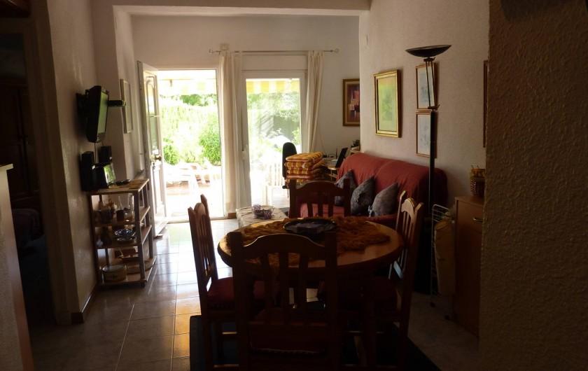 Location de vacances - Chalet à Calp - Salon avec vue sur le jardin prive
