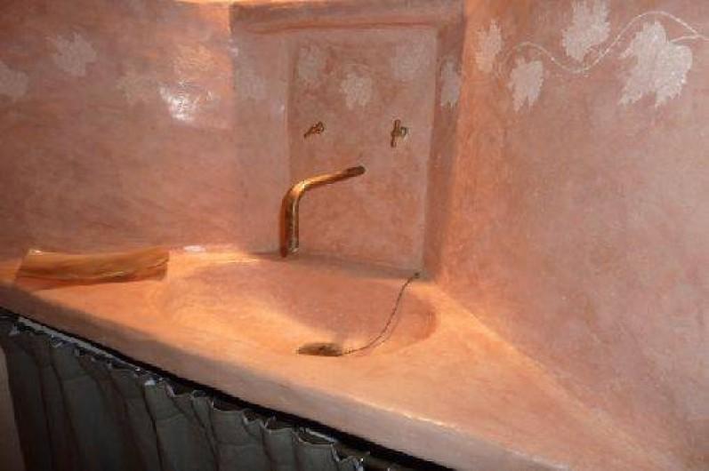 Location de vacances - Gîte à Ribiers - Lavabo en tadelakt salle de bain chambre Marne