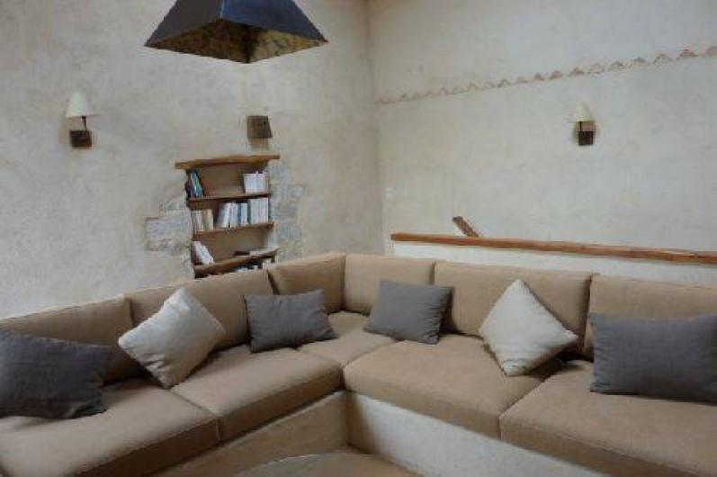 Location de vacances - Gîte à Ribiers - Le salon bibliothèque TV