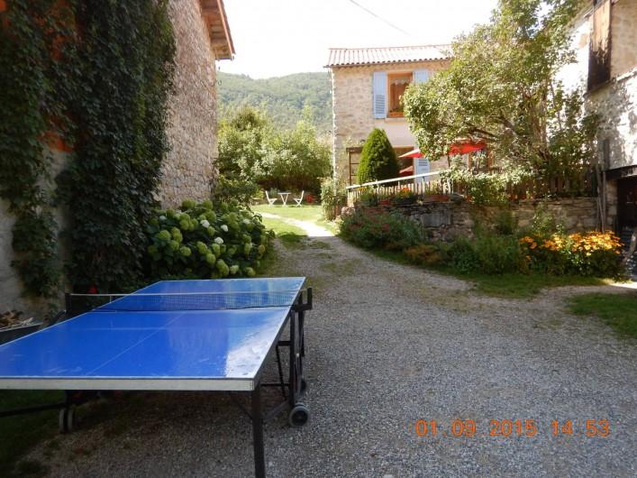 Location de vacances - Gîte à Saint-Agnan-en-Vercors - table de ping pong dans la cour du gîte