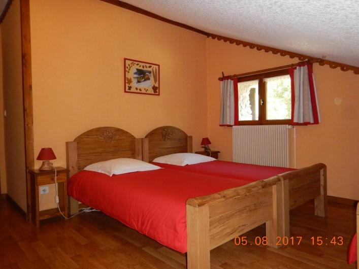 Location de vacances - Gîte à Saint-Agnan-en-Vercors - chambre rouge lits jumeaux et un lit simple avec salle de bain et wc