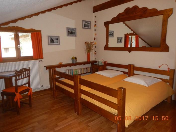 Location de vacances - Gîte à Saint-Agnan-en-Vercors - chambre jaune, 4 lits simples 1 salle de bain et un wc