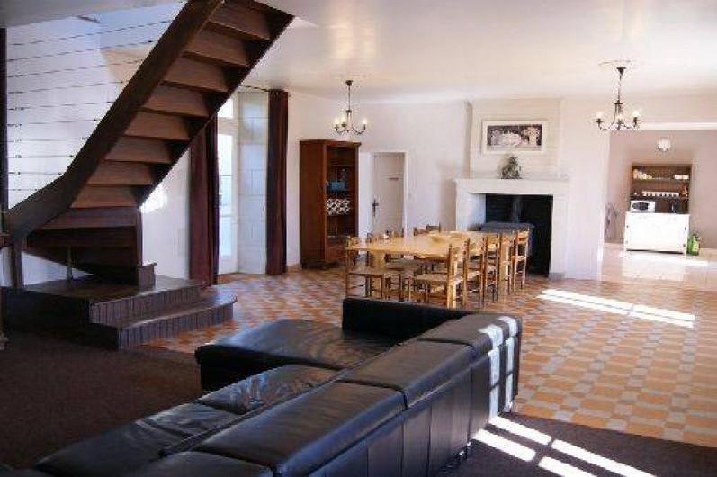 Location de vacances - Gîte à Descartes - vaste salon avec feu de bois