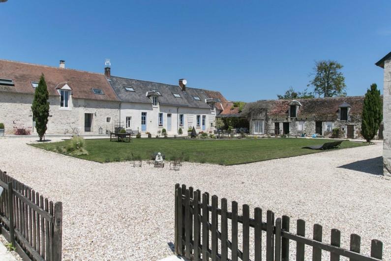Location de vacances - Gîte à Descartes - coin barbecue salon de jardin privatif