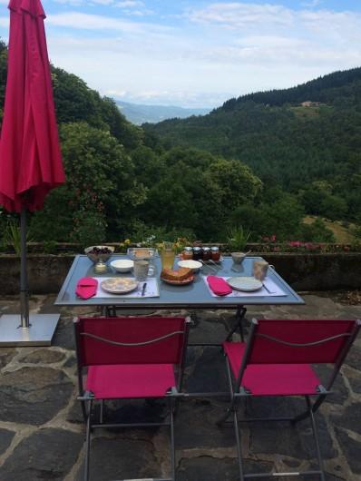 Location de vacances - Chambre d'hôtes à Saint-Barthélémy-Grozon - Petit-déjeuner sur la terrasse Domaine de Plantât