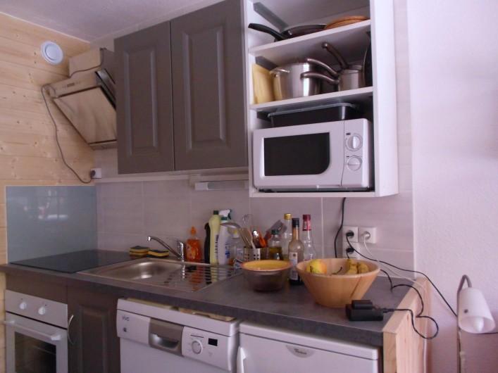Location de vacances - Studio à Val-d'Isère - plan de travail, plaque de cuisson, bouilloire + cafetière électrique,