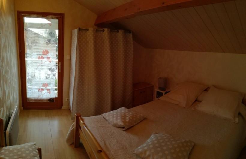 Location de vacances - Chalet à Saint-Gérons - Chambre à l'étage donnant sur le balcon
