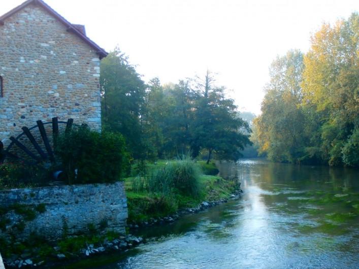 Location de vacances - Maison - Villa à Yvré-l'Évêque - La roue et la vue sur la rivière en aval du bief