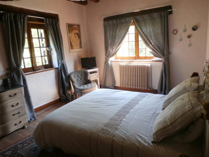 Location de vacances - Maison - Villa à Yvré-l'Évêque - La chambre avec sa double exposition sur la propriété
