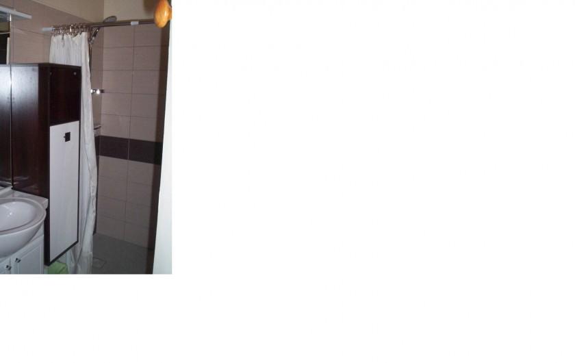Location de vacances - Appartement à Saint-Martin-de-la-Brasque - salle d'eau