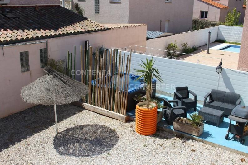 Location de vacances - Villa à Sainte Marie la Mer - espace détente jacuzzi, salon de jardin et coin barbeccue