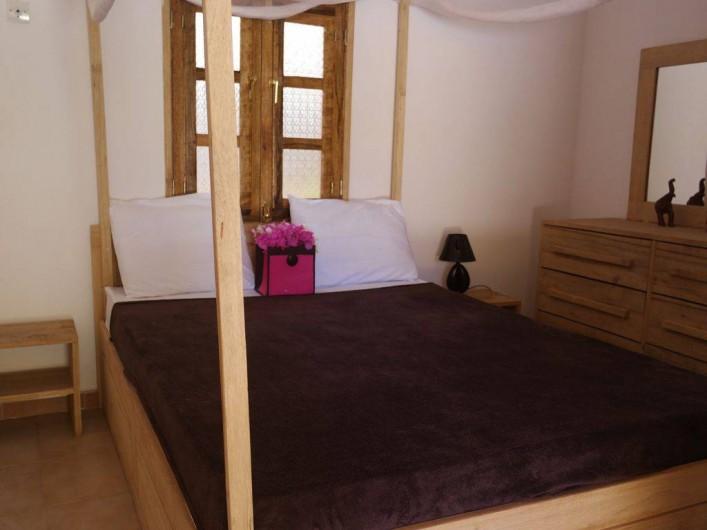 Location de vacances - Villa à Somone - Chambre N°2 , lit double avec commode