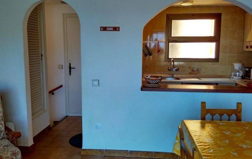 Location de vacances - Appartement à Roses - La cuisine americaine et l'ntrée vue du séjour