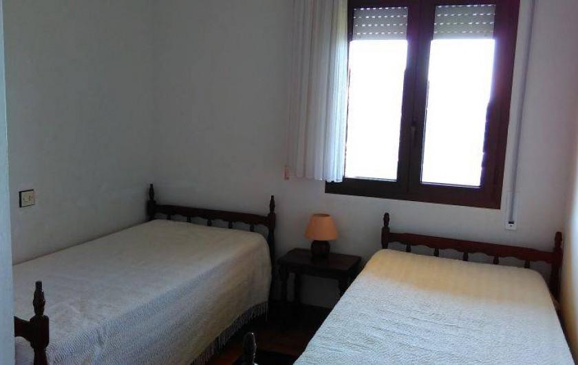 Location de vacances - Appartement à Roses - L a chambre dite des enfants avec 2 lit de largeur 80 cm.