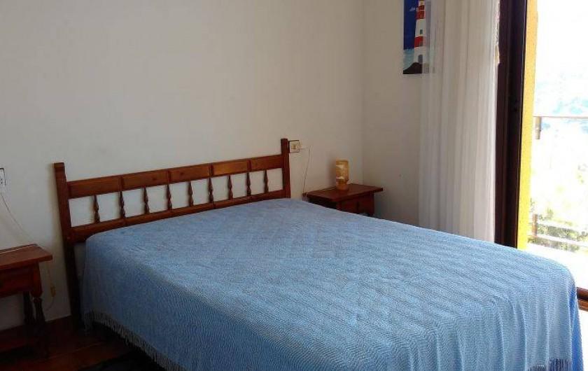 Location de vacances - Appartement à Roses - La chambre dite des parents. Petit balcon