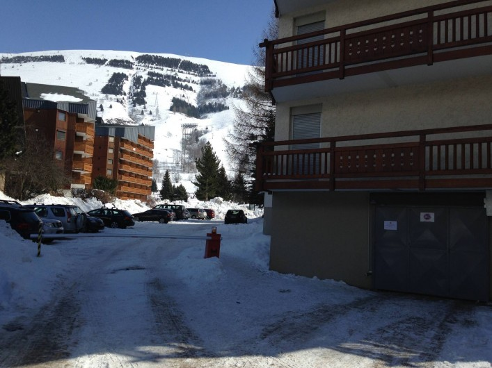 Location de vacances - Appartement à Les Deux Alpes - Parking de la résidence