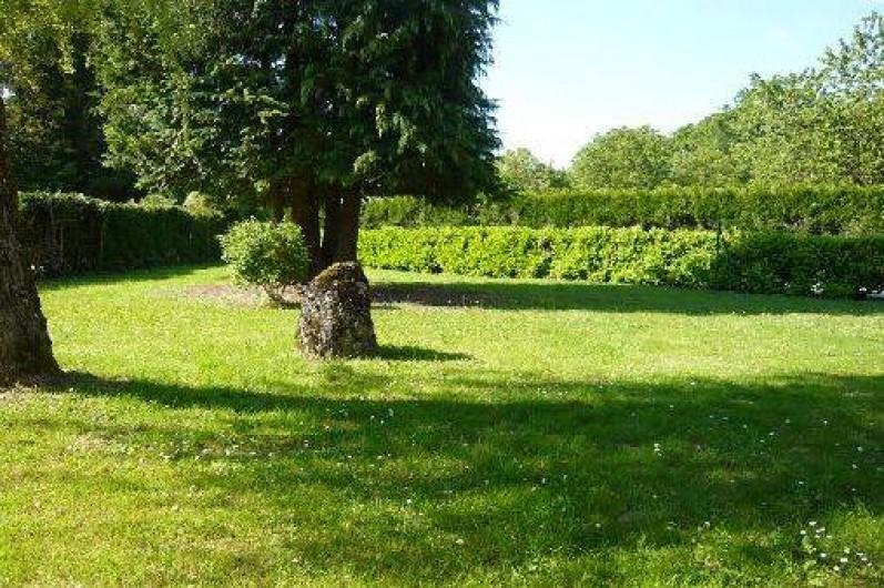 Location de vacances - Maison - Villa à Cusy - Grande pelouse ombragée attenante à la maison
