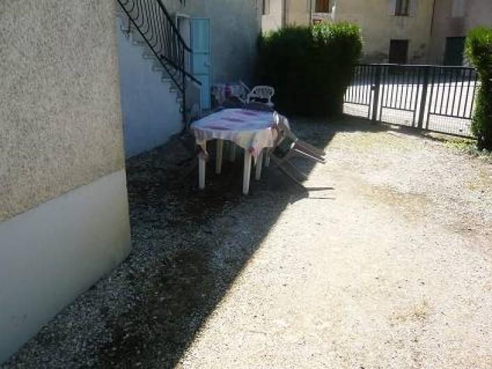 Location de vacances - Maison - Villa à Cusy - Petite cour intérieure communiquant avec la pelouse
