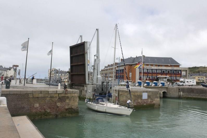 Location de vacances - Appartement à Saint-Valery-en-Caux - Le pont très typique de l'entrée du port