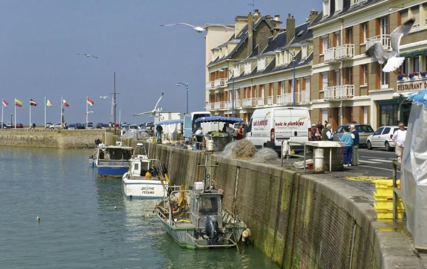 Location de vacances - Appartement à Saint-Valery-en-Caux - Les bateaux des pêcheurs et leurs étals sur le quai vus depuis le balcon.