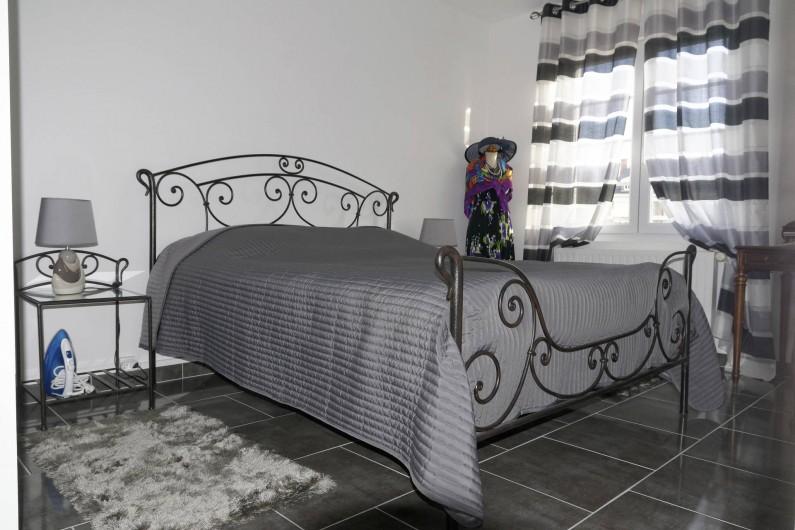 Location de vacances - Appartement à Saint-Valery-en-Caux - Chambre à coucher N°1 avec lit double (160X200) et placards. Vue sur le chenal
