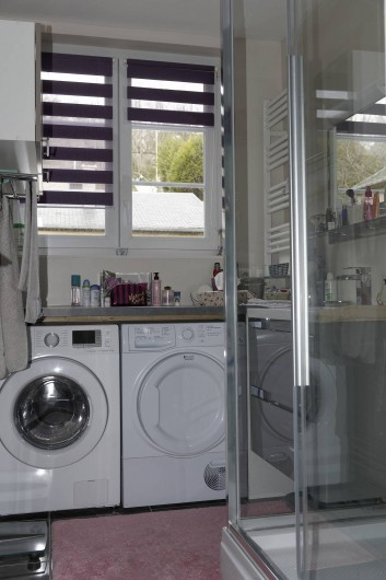 Location de vacances - Appartement à Saint-Valery-en-Caux - Salle de bain, grande cabine douche, lave linge et sèche linge, lavabo