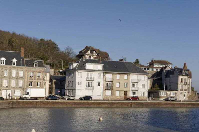 Location de vacances - Appartement à Saint-Valery-en-Caux - Situation de l'immeuble  au bord du chenal (petit immeuble blanc)