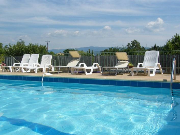 Location de vacances - Gîte à Gargas - Grande piscine avec vue magnifique vers les monts Vaucluse