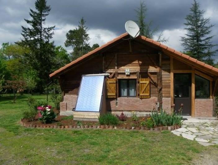 Location de vacances - Gîte à Magescq - façade sud, la suite parentale et le chauffe eau solaire