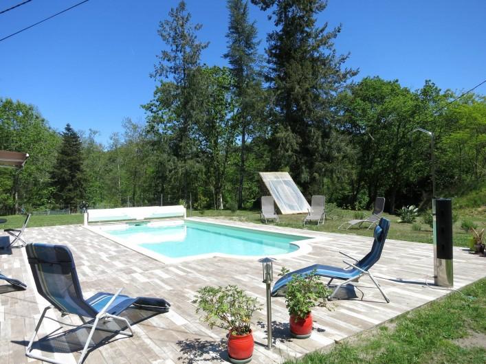 Location de vacances - Gîte à Magescq - la piscine équipée de sa douche et de son chauffe eau solaire