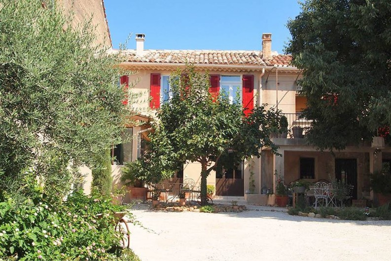 Location de vacances - Chambre d'hôtes à Saint-Saturnin-lès-Avignon - Extérieur en été