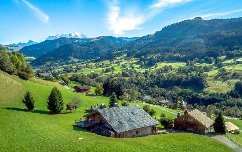 Location de vacances - Chalet à Flumet - Vue arrière avec le val d'Arly et le Mont -Blanc