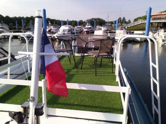 Location de vacances - Péniche à Mâcon - Terrasse 6m² avec parasol et salon de jardin
