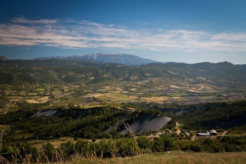 Location de vacances - Gîte à Mollans-sur-Ouvèze - Paysage local, vue du Ventoux depuis la vallée de Ste jalle