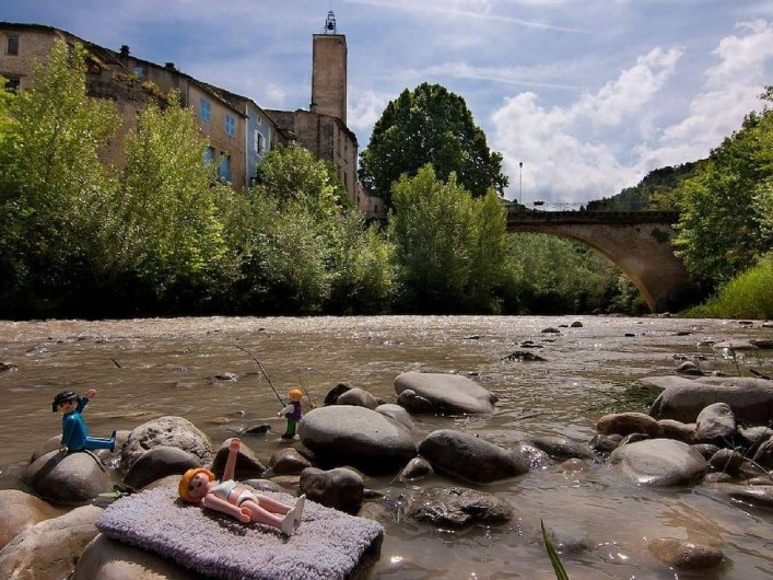 Location de vacances - Gîte à Mollans-sur-Ouvèze - Le village de Mollans et la rivière Ouvèze