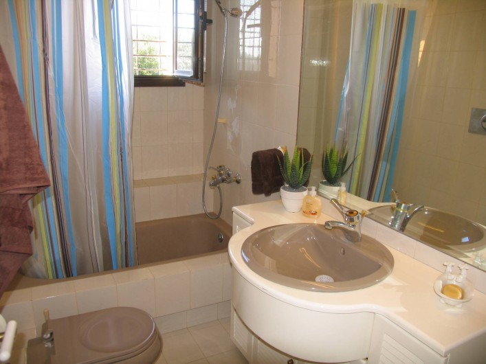 Location de vacances - Villa à Corfu - Bathroom shared by bedrooms A and B on 1st floor.