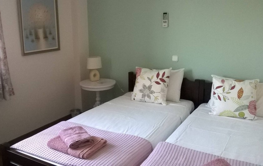 Location de vacances - Villa à Corfu - Bedroom B on 1st floor, window view on Gazebo and fruit tree orchard.
