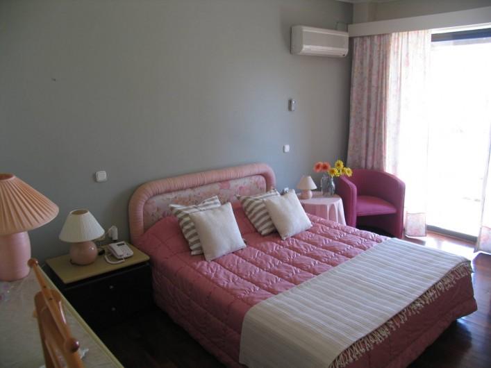 Location de vacances - Villa à Corfu - Master bedroom on ground floor,door opens on pool area.